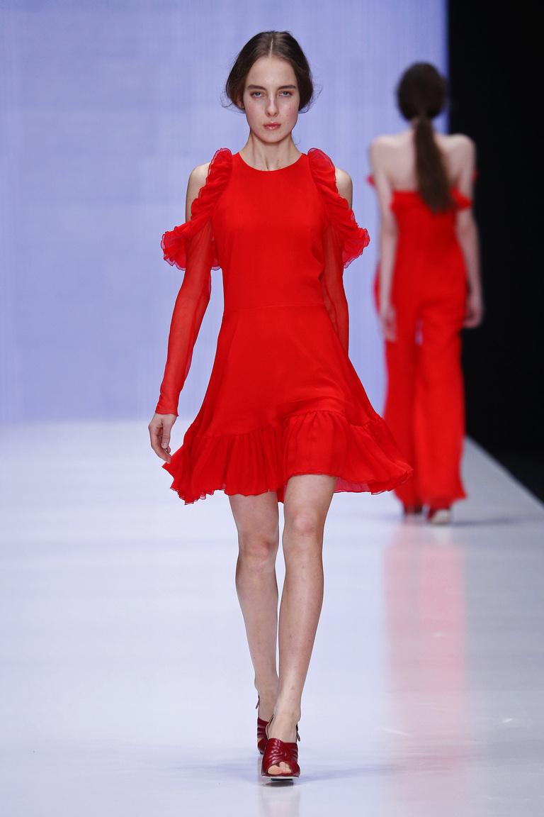 На фото: яркие новинки сезона - короткое черное платье из коллекции Yasya-Minochkina.