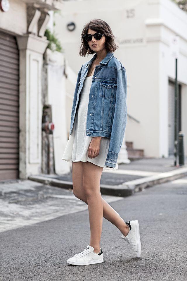 На фото: белые кроссовки с белой короткой юбкой.