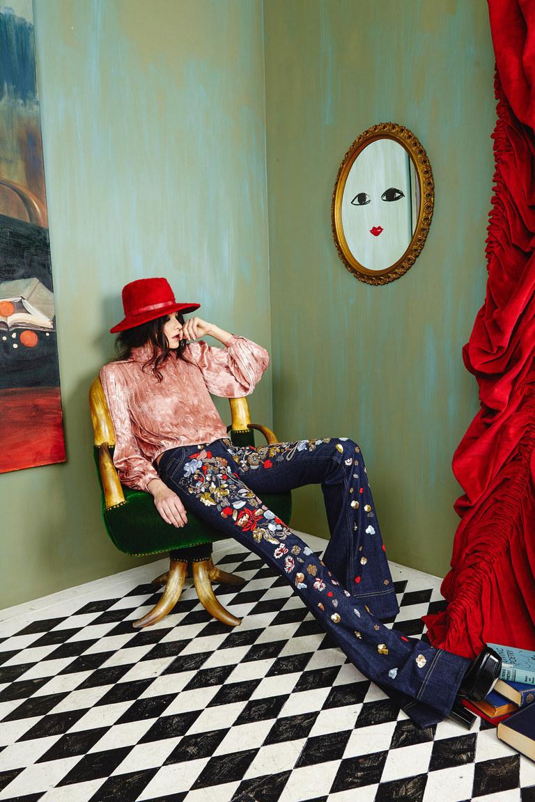 Расклешенные модные джинсы 2017 с розовой блузкой и красной шляпой. Джинсы, украшенные стразами, коллекция Alice Olivia
