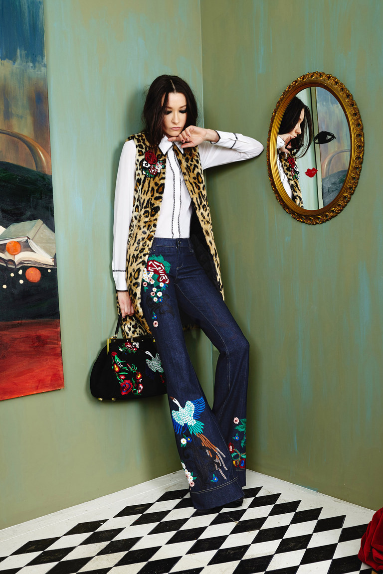 Расклешенные джинсы 2017 с вышитыми рисунками и длинной жилеткой, коллекция Alice Olivia
