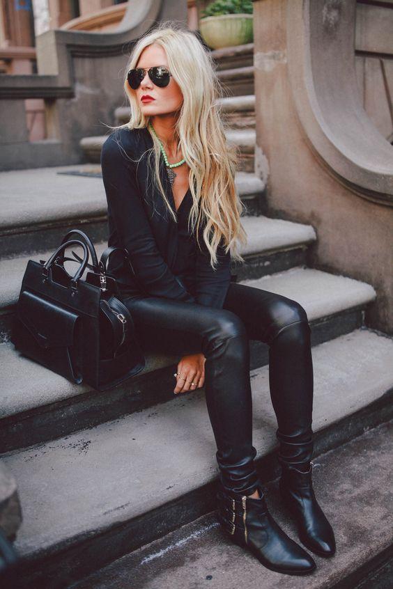 На фото: чёрные ботильоны с черными кожаными брюками.