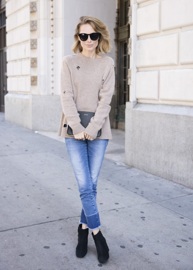 На фото:.замшевые сапоги средней длины с джинсами.