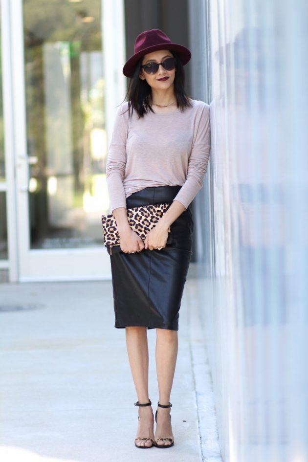 На фото:черная кожаная юбка карандаш со светлой блузой.