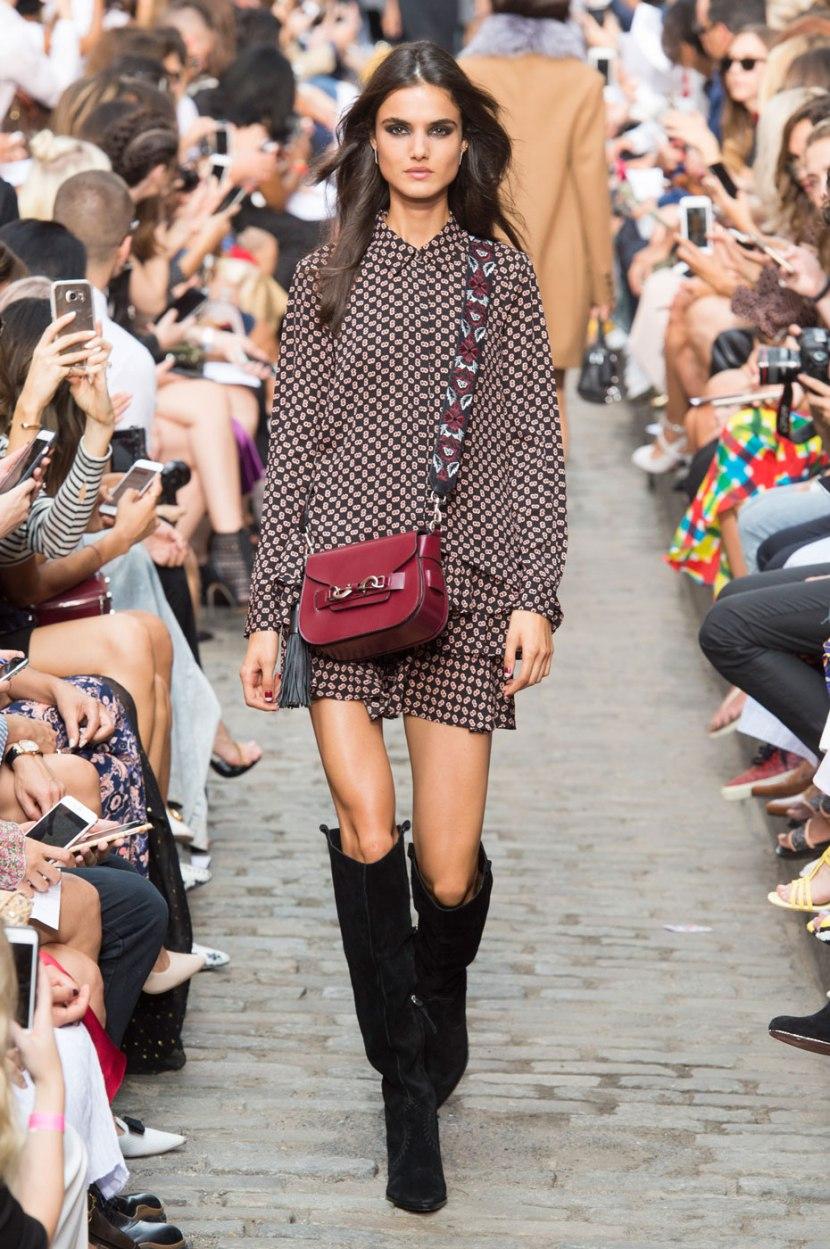 Короткое модное платье с длинным рукавом - фото новинки
