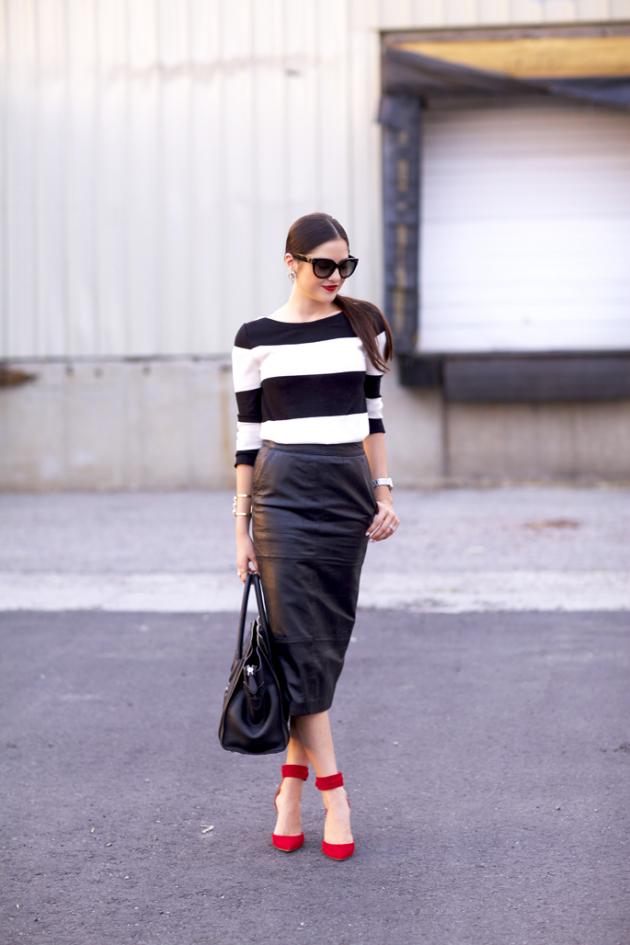 На фото: длинная черная кожаная юбка с кофтой в крупную черно белую полоску.