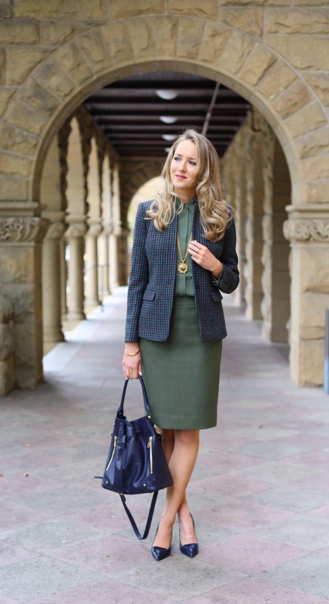 На фото: зеленого цвета юбка «карандаш» – новинка этого сезона.