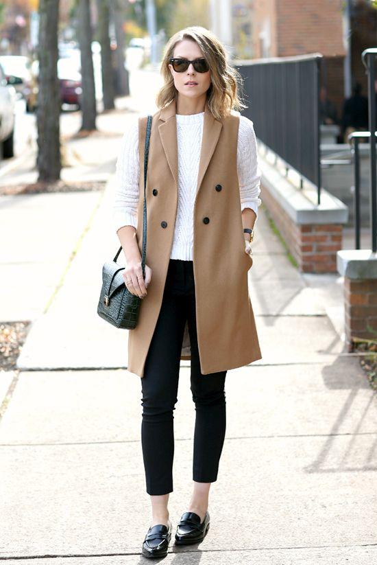На фото: длинный жилет светло коричнего цвета в сочетании в черными джинсами и белой кофтой.