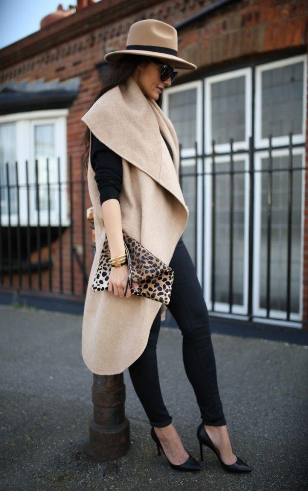 На фото: длинный жилет светло коричнего цвета в сочетании в черными джинсами и черной кофтой.