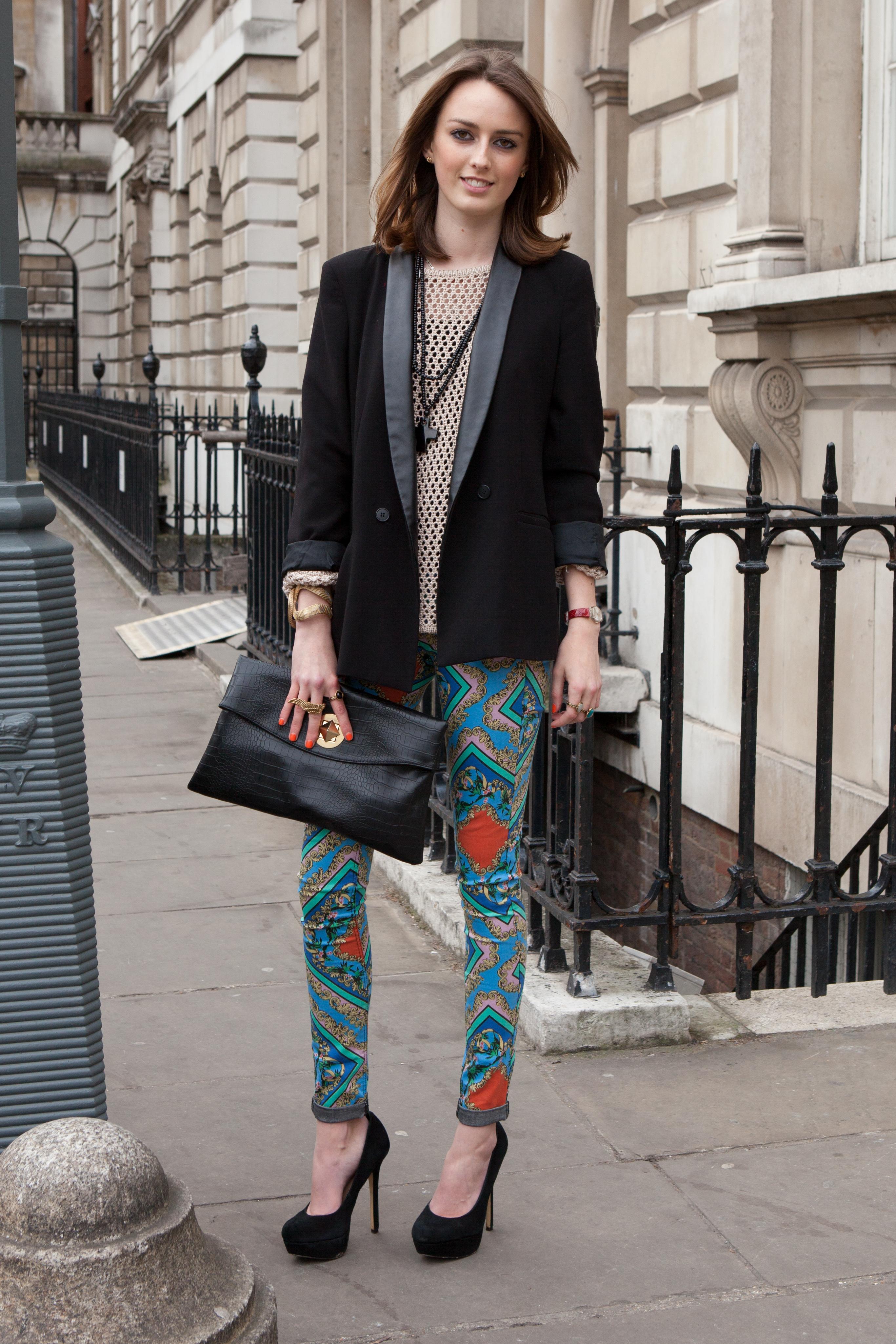 Цветные модные джинсы 2017 с геометрическим узором и черным пиджаком