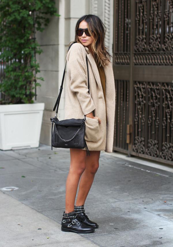 На фото: чёрные ботильоны со светлым коротким пальто.