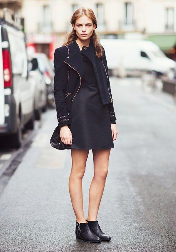 На фото: чёрные ботильоны с коротким черным пальто.