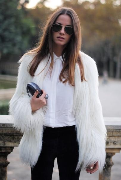 Вариант 2: Белая шуба и узкие черные брюки.