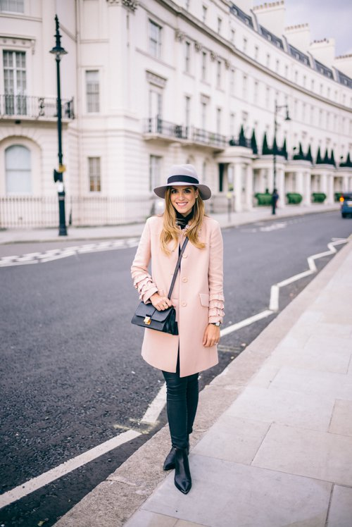 На фото: новыйобразыс модной осенней обувью – черные ботильоны со светлым коротким пальто.