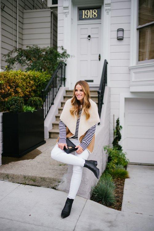 На фото: новыйобразыс модной осенней обувью – черные ботильоны со светлыми джинсами.