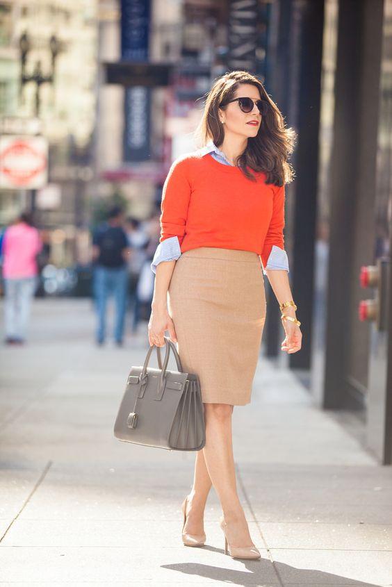 На фото: светло коричневая юбка «карандаш» – новинка этого сезона