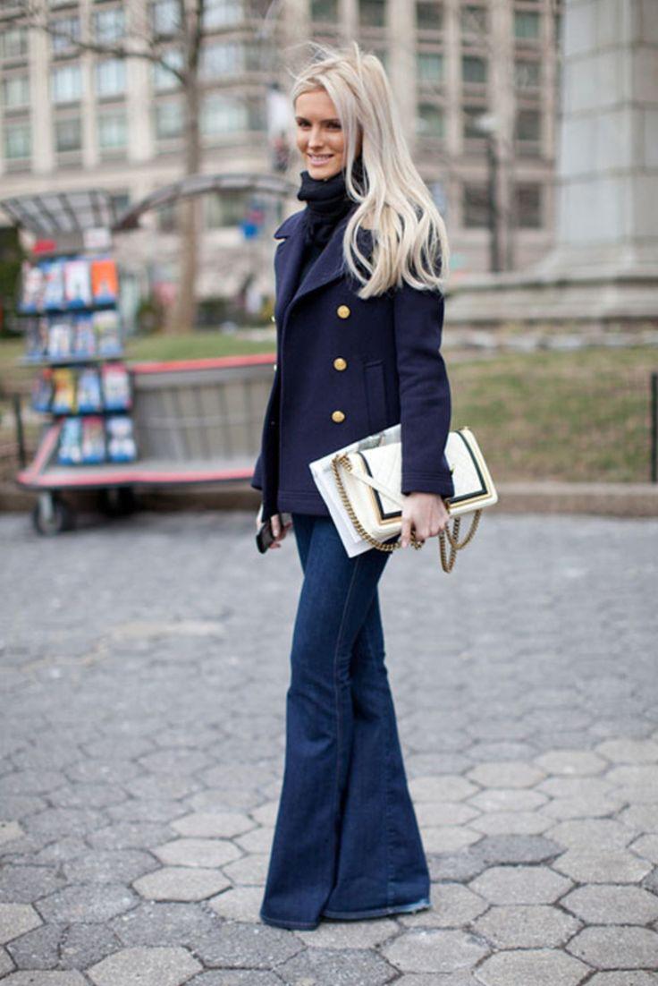 Синие модное джинсы клеш 2017 с черной водолазкой