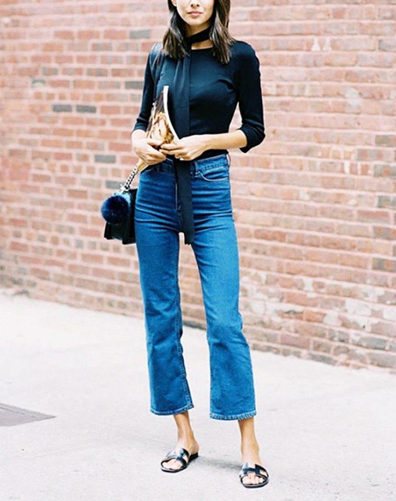 Укороченные расклешенные модные джинсы 2017 с однотонной черной кофтой и шарфиком в виде чокера на шее