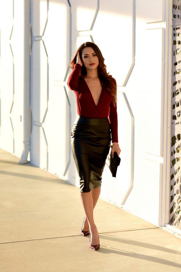 На фото:черная кожаная юбка карандаш с блузой.