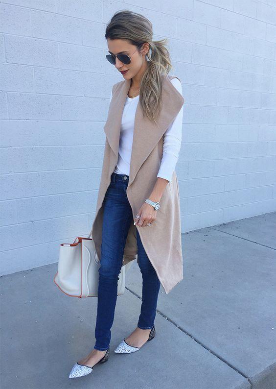 На фото: длинный жилет светло коричнего цвета в сочетании в джинсами и белой кофтой.