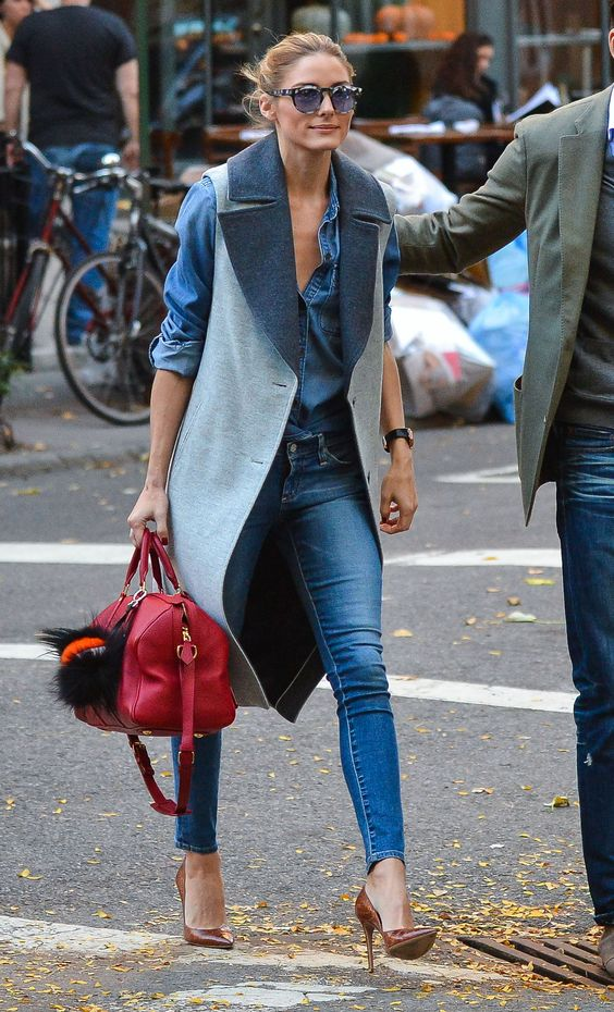 На фото: длинный жилет голубого цвета в сочетании с джинсами и кофтой синего цвета.