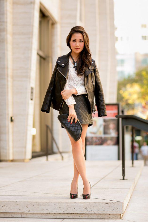На фото: короткая узкая черная кожаная юбк с белой блузкой.