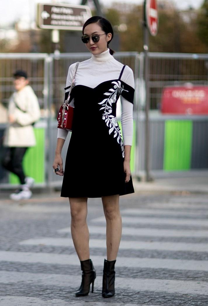 Черно-белое модное платье - фото