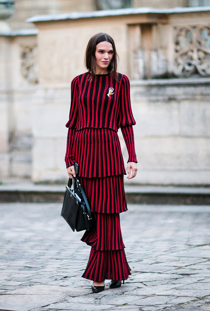 Красное длинное платье в полоску - фото новинки сезона