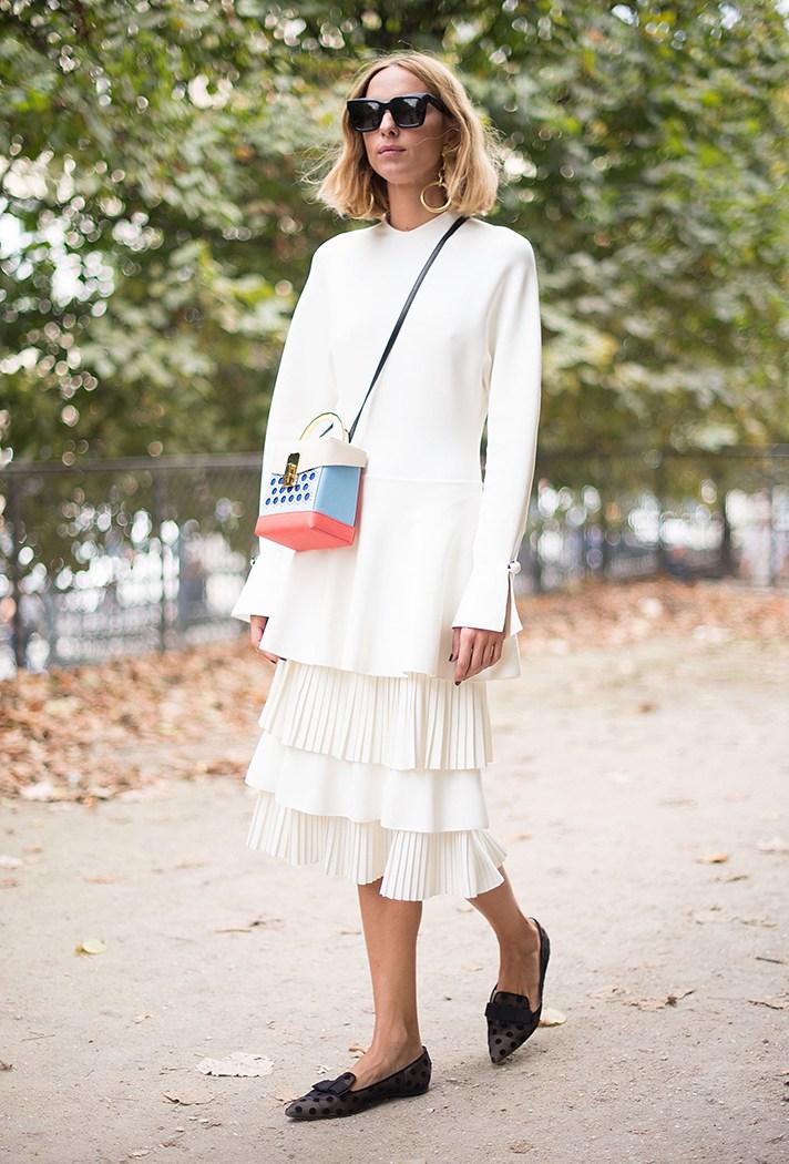 Белое модное платье с длинным рукавом