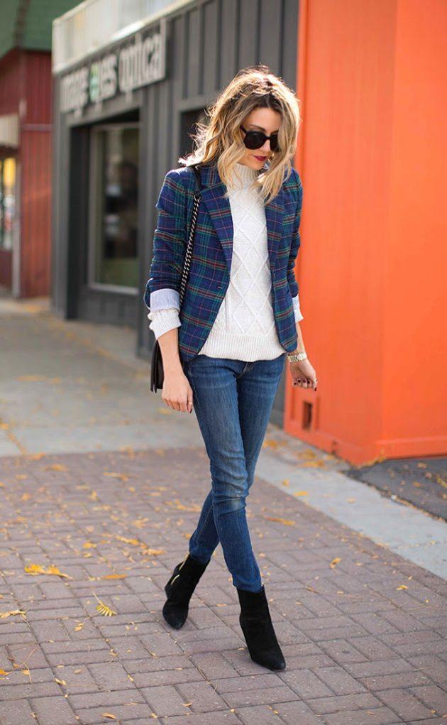 На фото:.замшевые сапоги средней длины с узкими джинсами.