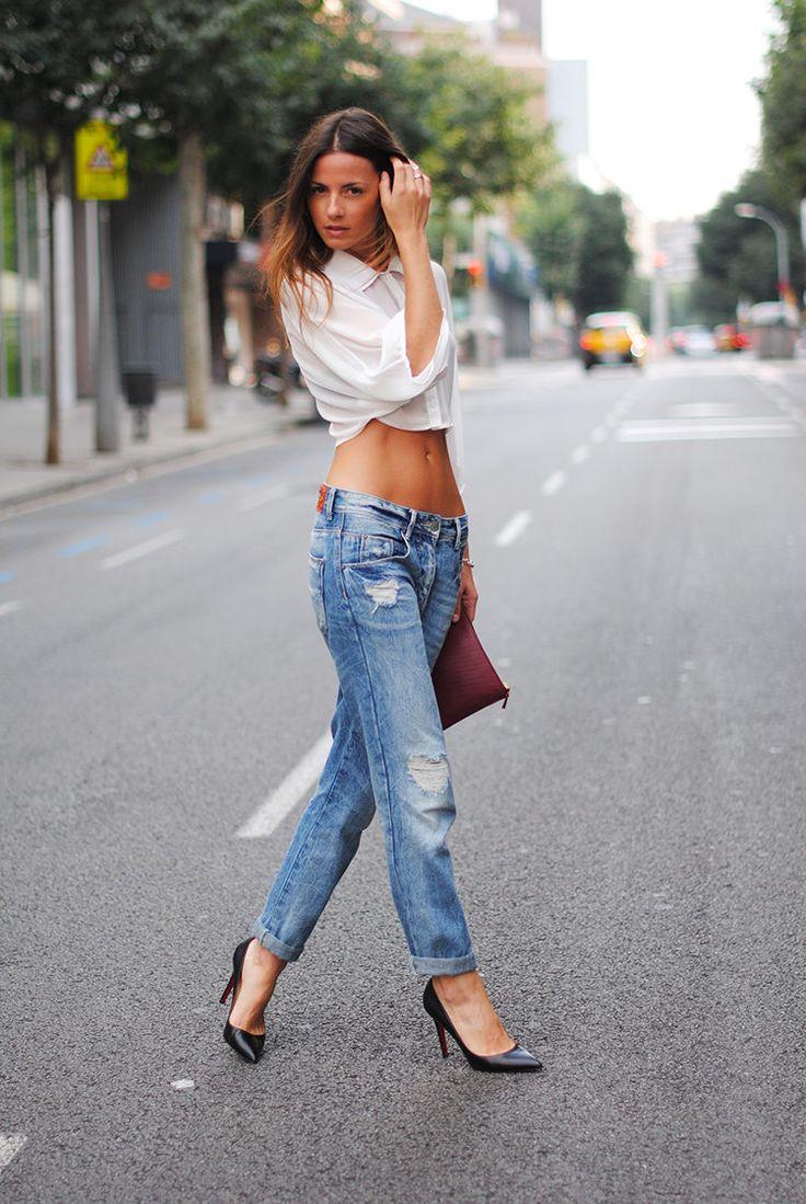 Джинсы бойфренды 2017 с белой короткой рубашкой и туфлями на каблуке