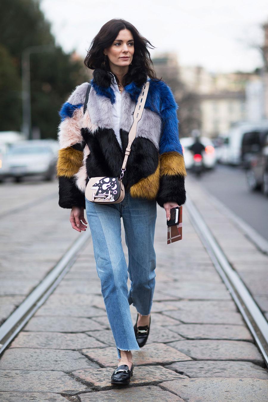 Интересная модная модель джинсов 2017 с короткой цветной шубкой