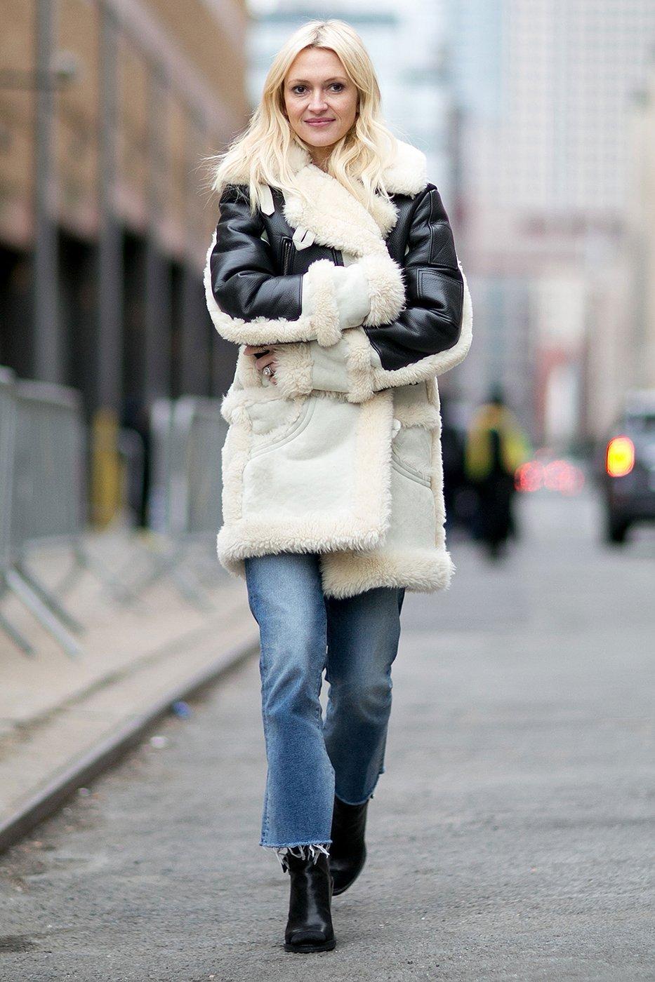 Не подшитые модные джинсы 2017 с черно-белой дубленкой и ботильонами - фото новинки уличной моды