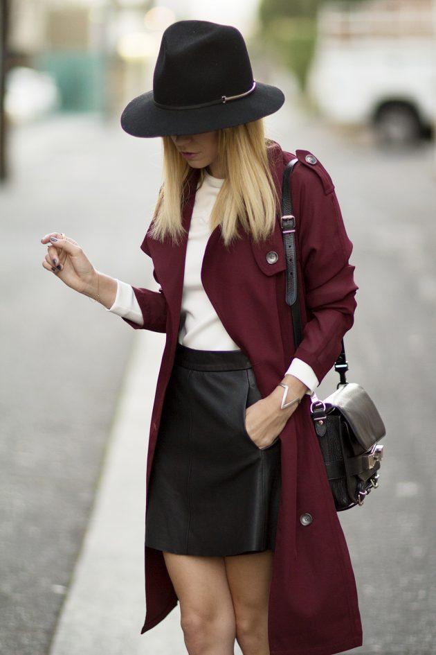 На фото: черная кожаная юбка яркое сочетание с белой блузкой и темно вишневым кардиганом.