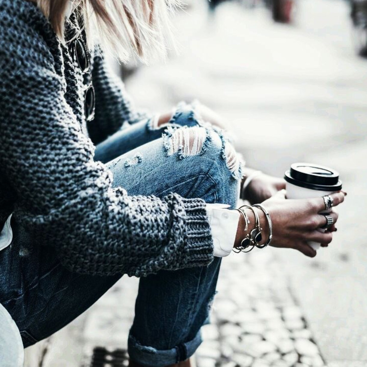 Модные рваные джинсы 2017 со свитером крупной вязки