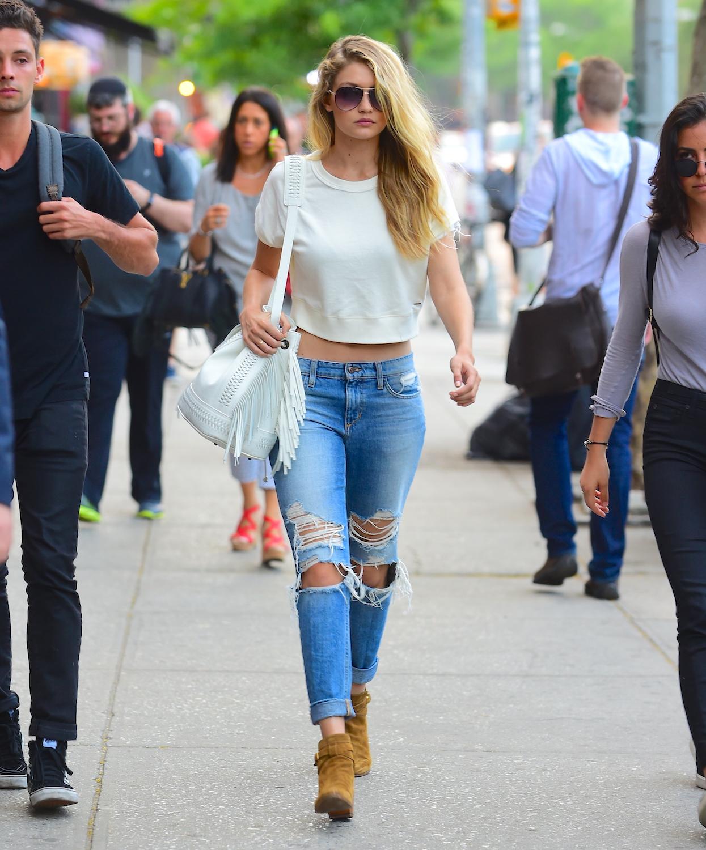 С чем модно носить рваные джинсы в 2017 году? Если Вам позволяет Ваша талия, то один из вариантов - это короткий топ.