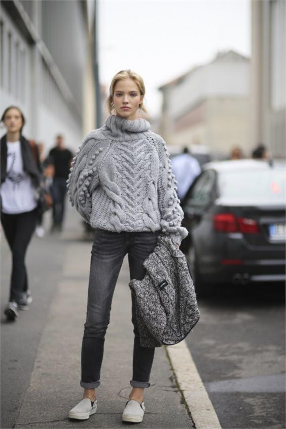 Узкие серые джинсы с объемным серым свитером - модный наряд 2017 года
