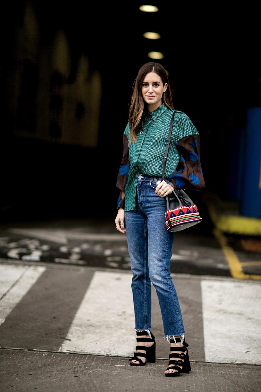 Прямые модные джинсы 2017 с широкой рубашкой - фото новинки и тренды уличной моды