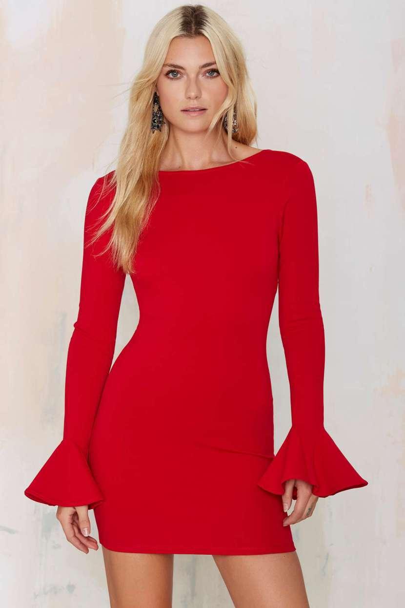 Фото: красное модное платье 2017 с расклешенными рукавами