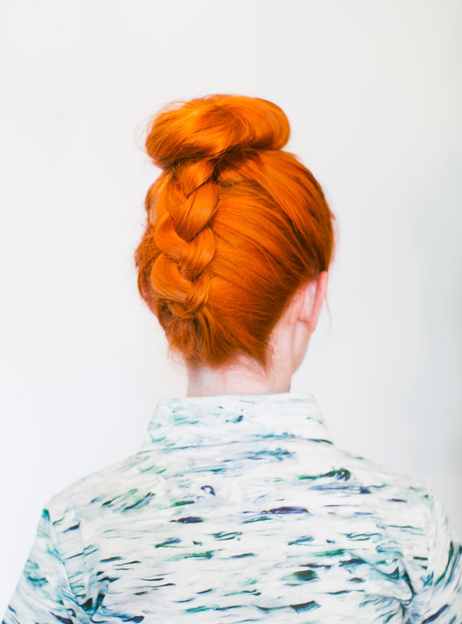 Оригинальная причёска со средними волосами - фото высокий пучок и коса