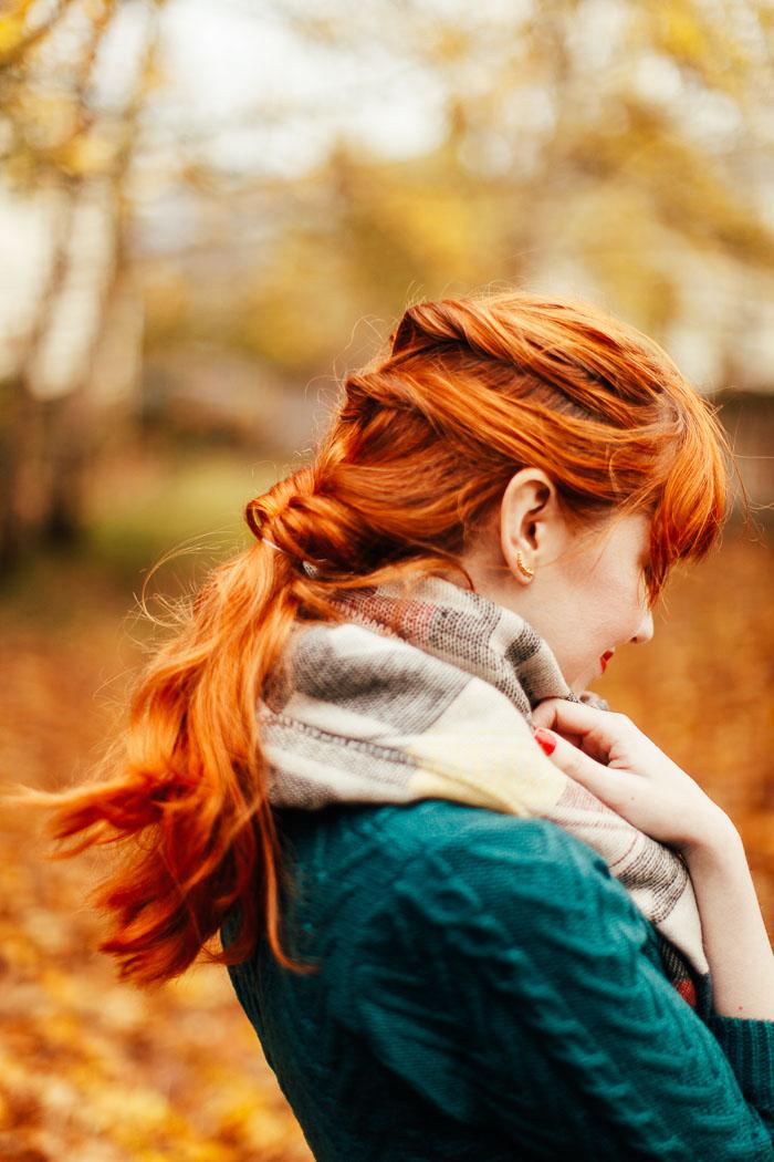 Оригинальная прическа со средними волосами фото - перевернутый плетенный узел