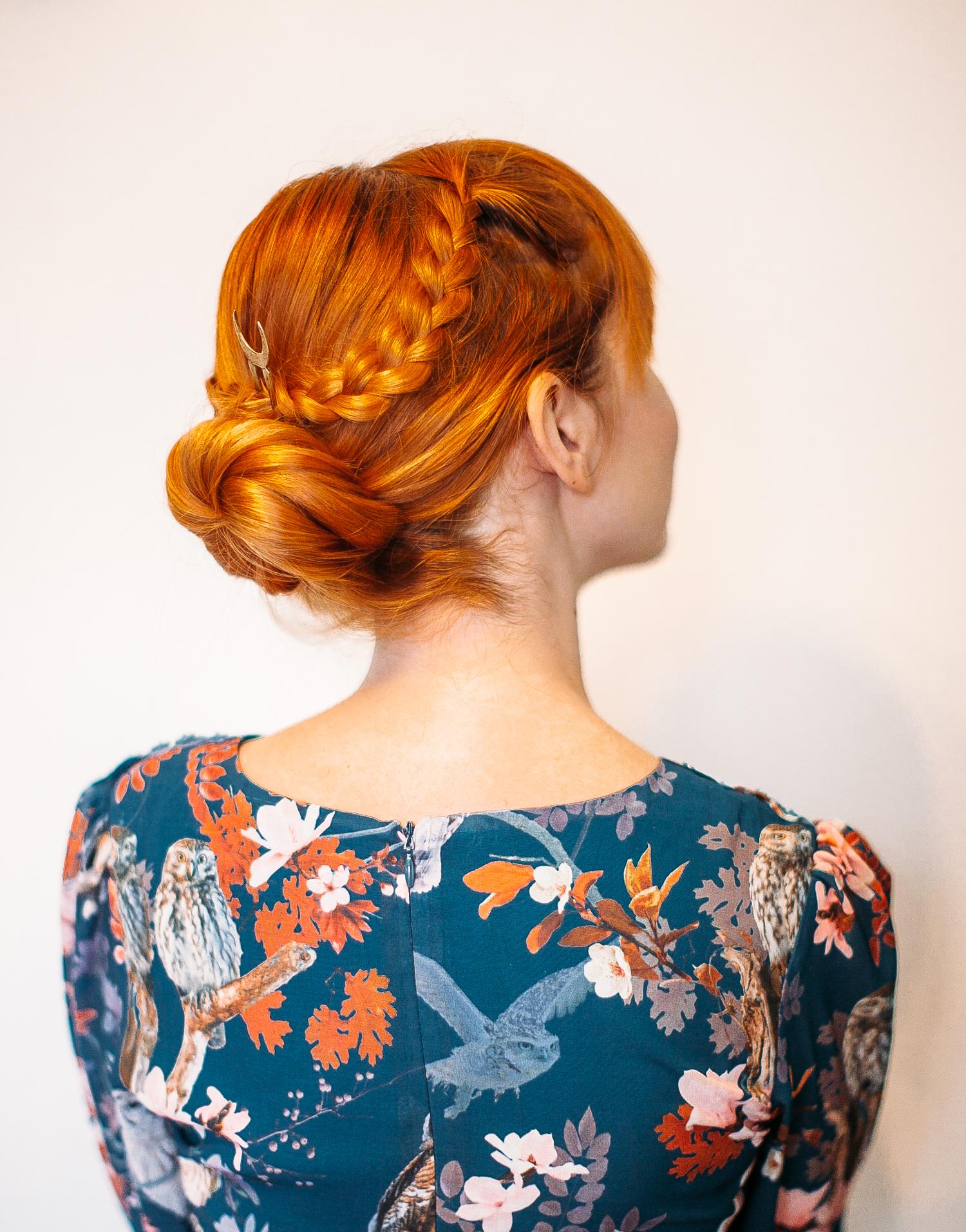 Пучок со средними волосами - прическа с косой