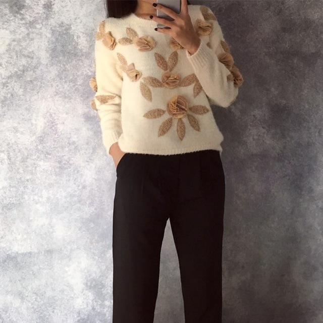 Тренд: свитер цвета шампань с цветами