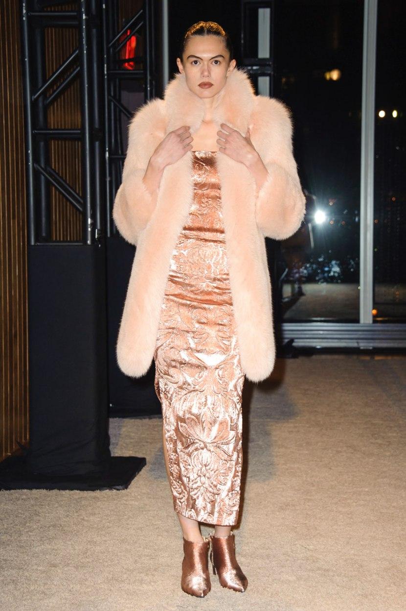 С чем модно носить меховое пальто 2017
