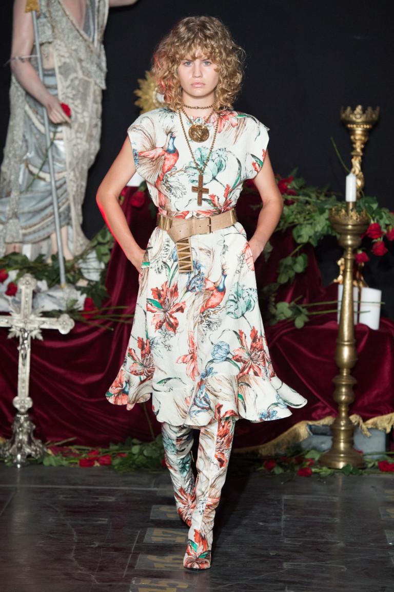 Яркое короткое цветочное платье 2017 с сапогами такой же расцветки - фото из коллекции Fausto Puglisi