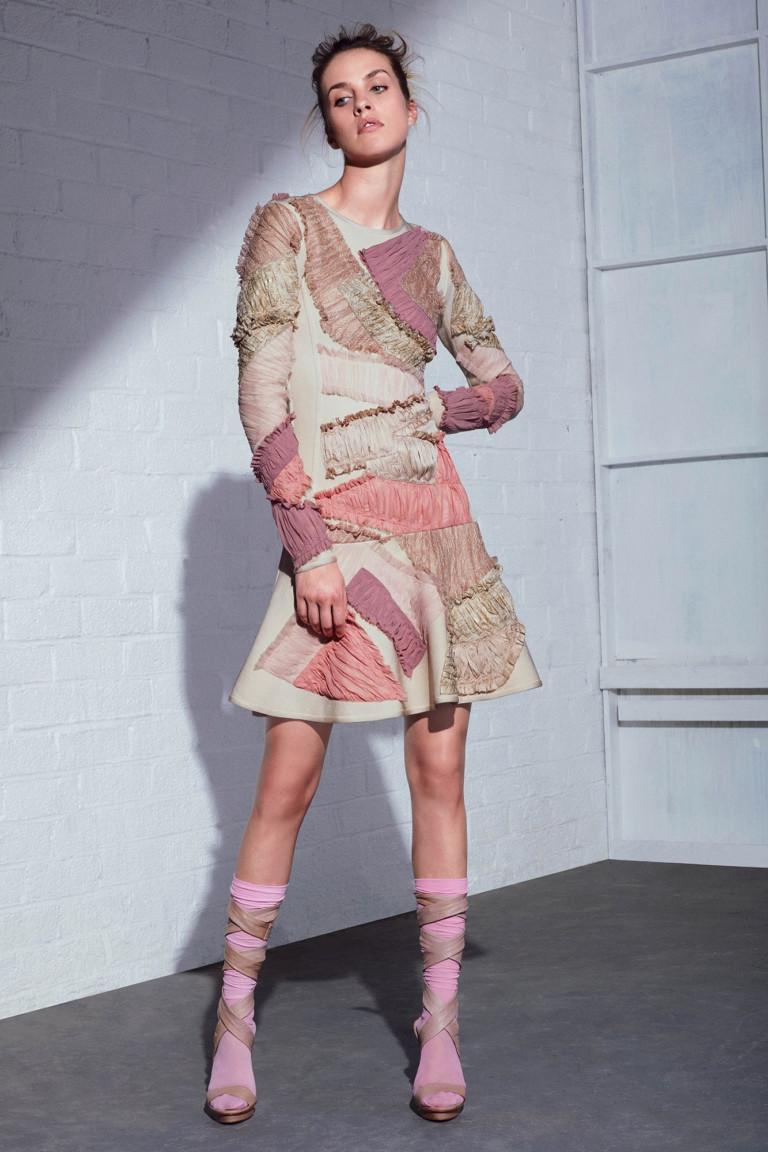 Модное нежное короткое платье 2017 с асимметричным рисунком - фото новинка в коллекции Hervé Léger by Max Azria