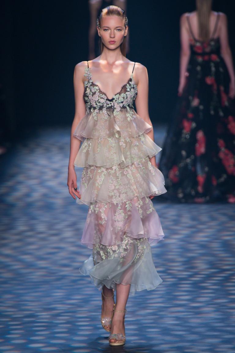 Очаровательное модное вечернее платье 2017 миди с рюшами из коллекции Marchesa