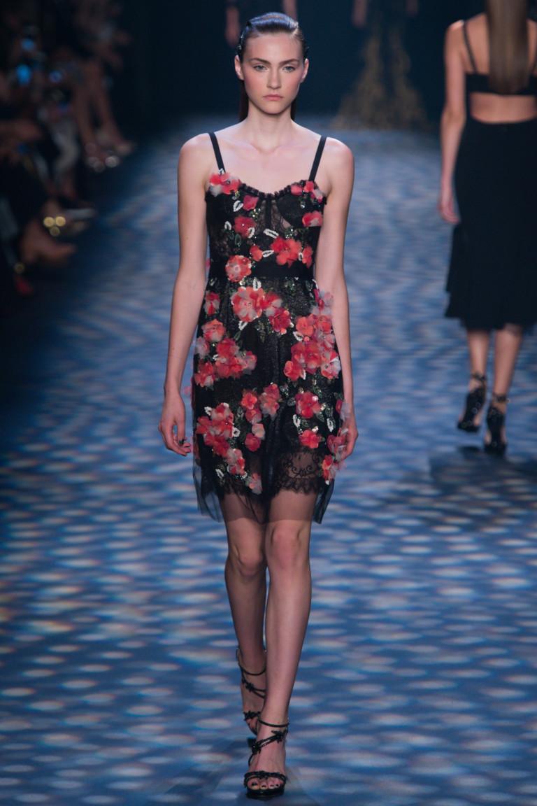 Интересное модное платье мини 2017 с цветами - фото новинки из коллекции Marchesa