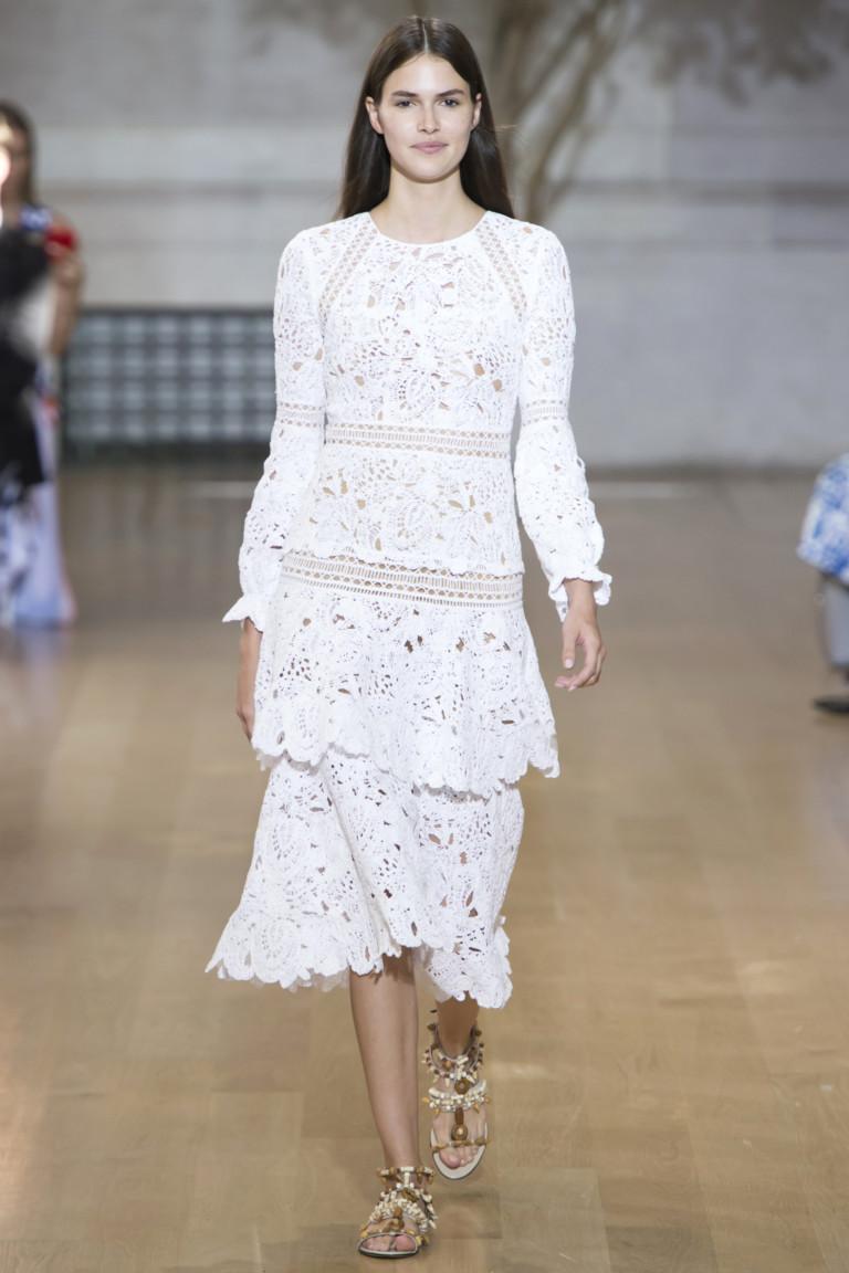 Белое короткое модное платье 2017 с бахромой и перьями из коллекции Oscar de la Renta