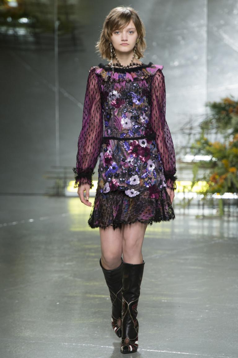 Фиолетовое модное короткое платье 2017 с цветами из коллекции Rodarte