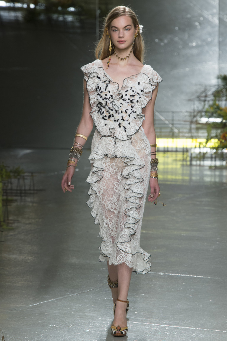 Белое короткое модное платье 2017 с рюшами - фото новинка в коллекции Rodarte